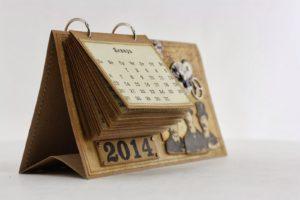 календарь с деревянными элементами