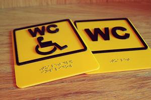 Вывески и тактильные таблички со шрифтом Брайля для людей с плохим зрением